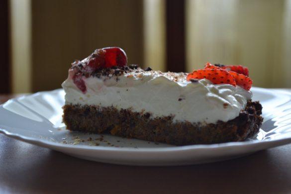 Парче морковена торта с череши и ягоди