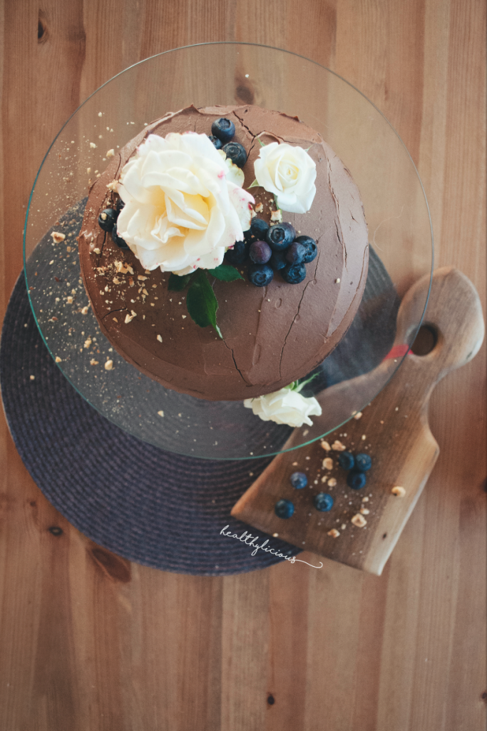 Стойка с шоколадова торта и дъска