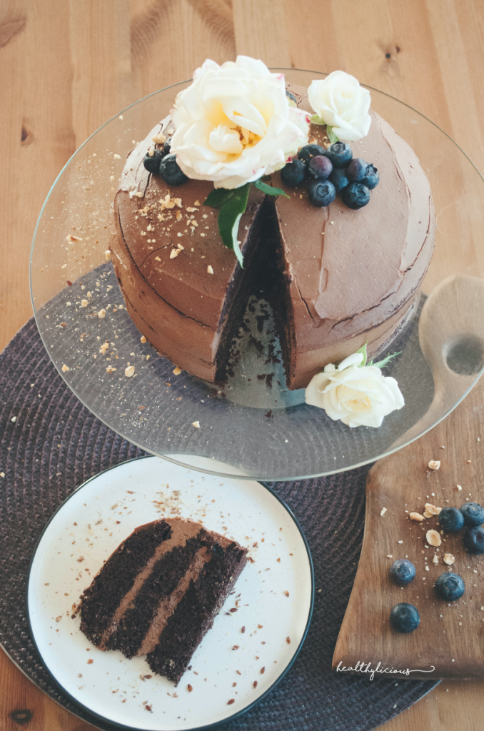 Декорирана шоколадова торта с рози и боровинки