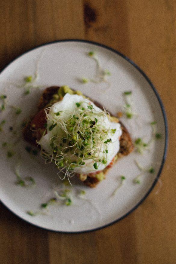 Тост с авокадо и поширано яйце