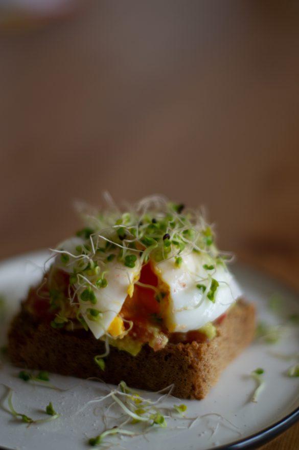 Авокадо тост с поширано яйце
