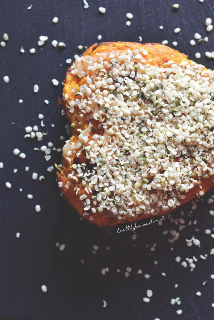 Конопени семена върху тиквен десерт