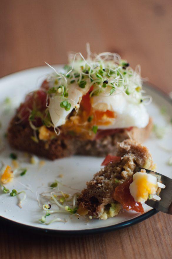 Сандвич с яйце и авокадо