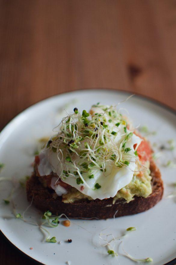 Хляб с гуакамоле и яйце