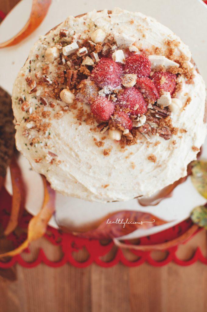 Торта с декорация от ягоди и ядки