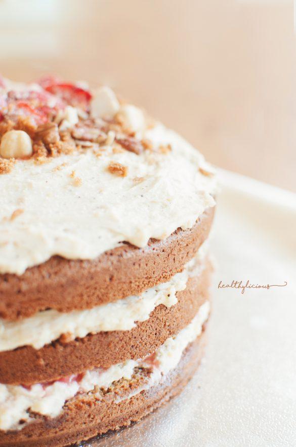Отблизо торта с пандишпанови блатове и бял шоколадов крем