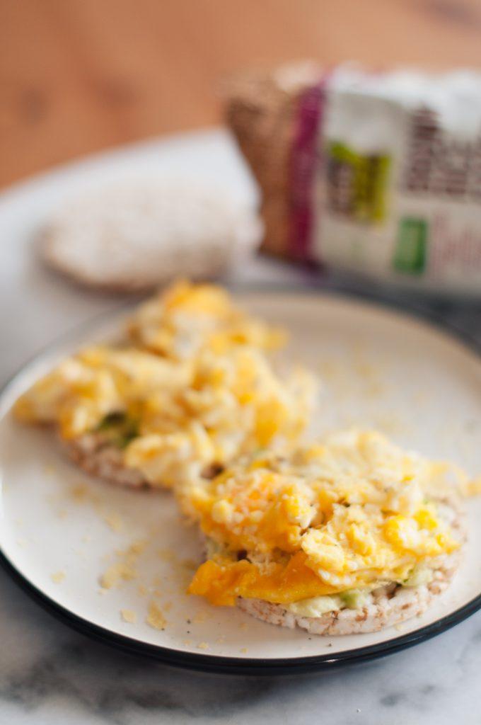 Оризовки с бъркани яйца и авокадо