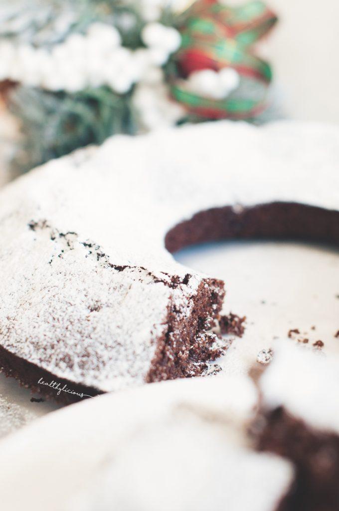 Коледен кекс отблизо с бяла глазура и фалшива пудра захар