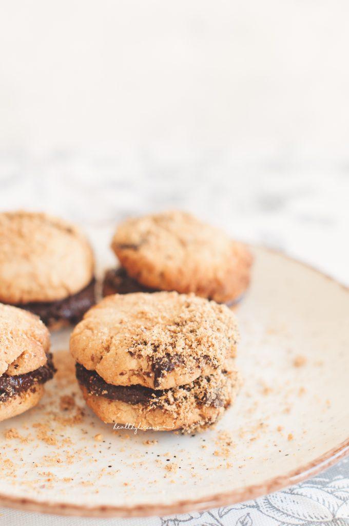 Лешникови бисквити с шоколадов пълнеж