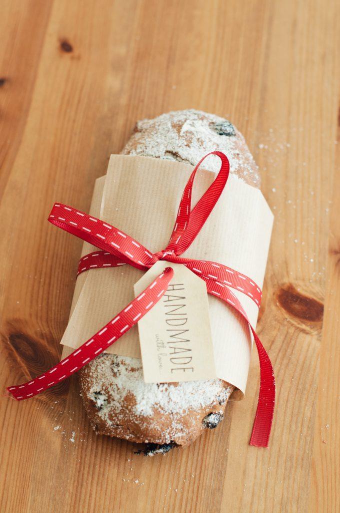 Опакован кекс щолен с червена панделка и етикет handmade