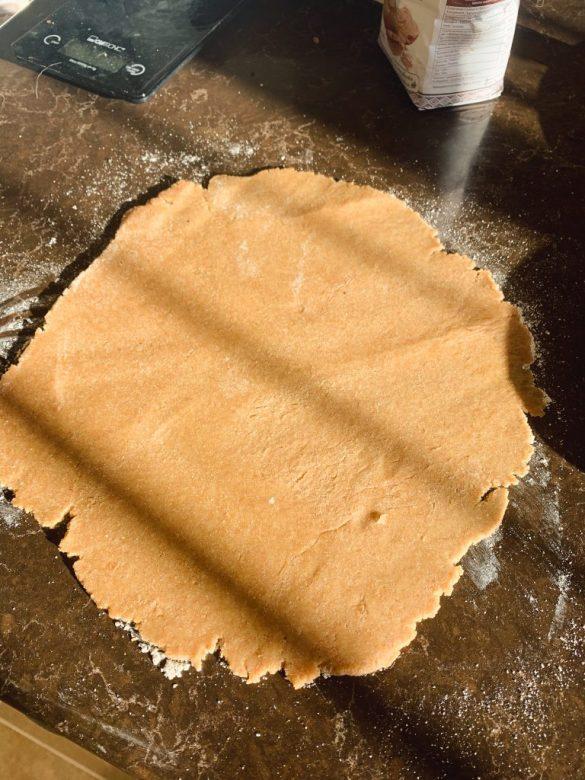 Разточване на тесто за ябълков пай