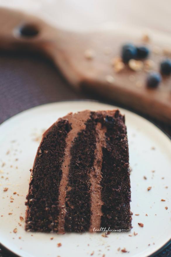 Парче двойно шоколадова торта отблизо