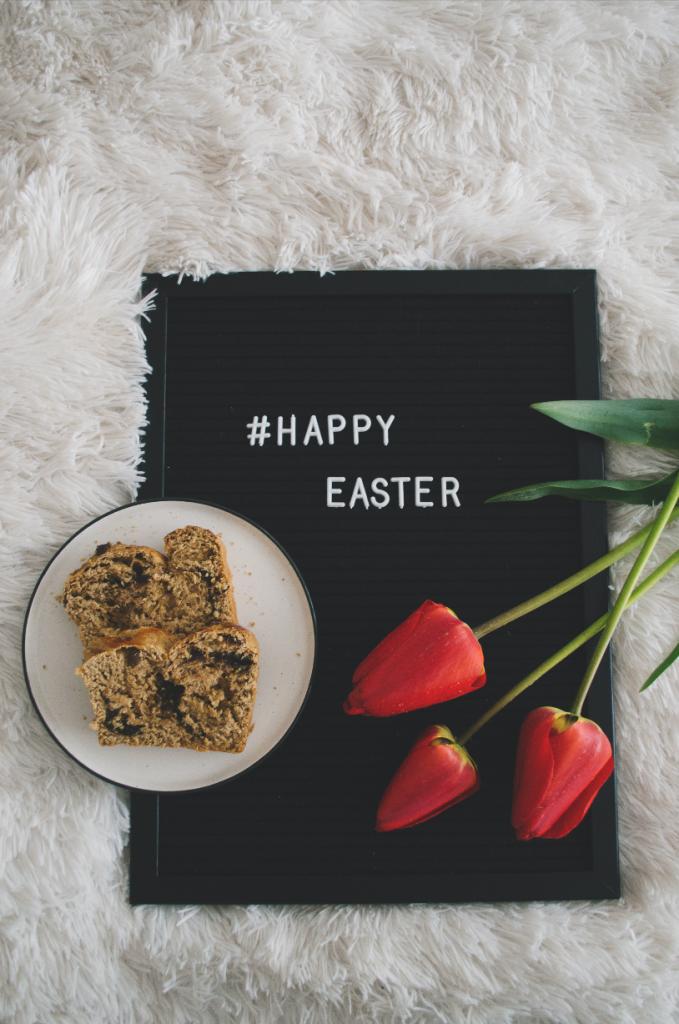 Козунак и надпис за Великден