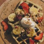Гофрети с плодове, гранола и сладолед