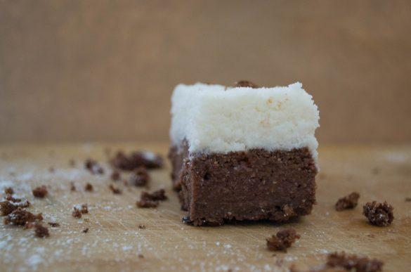 Шоколадово брауни с кокосов крем