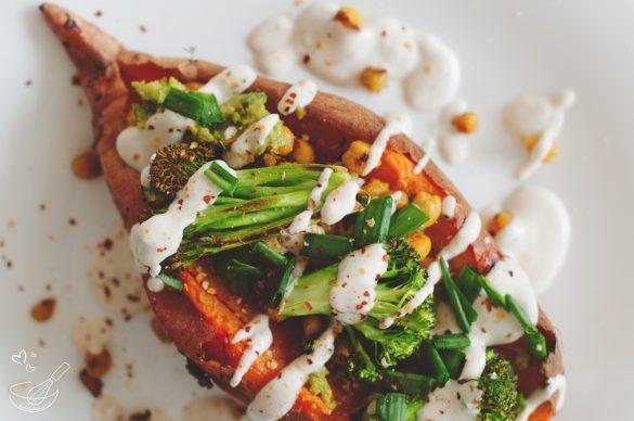 Пълнен сладък картоф с броколи и сос