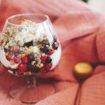 Йогурт с горски плодове и гранола